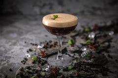 Alcoholische of niet-alkoholische koffiecocktail met likeur, whisky, room royalty-vrije stock foto's