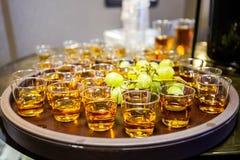 Alcoholische schoten op een dienblad in onscherpe bar royalty-vrije stock foto's
