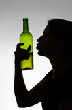 Alcoholische vrouw die een wijnfles kussen Royalty-vrije Stock Fotografie