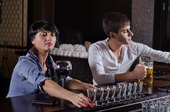 Alcoholische vrouw opstellend een rij van dranken royalty-vrije stock afbeelding