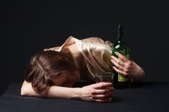 alcoholism A jovem mulher está dormindo na tabela fotografia de stock