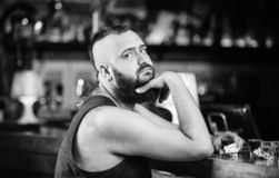 Alcoholisme en depressie Alcohol gewijd concept Hipster brutale mens het drinken alcohol die tot meer dranken opdracht geven bij  royalty-vrije stock afbeeldingen