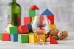 Alcoholismekwestie Gebroken Toy Blocks City, Br van de BabyWoningbouw Royalty-vrije Stock Fotografie