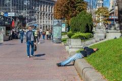 Alcoholismo adentro, hombre borracho que miente en la calle ucrania Kiev 06 11 2018 foto de archivo