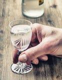 alcoholisms 供以人员手酒客并且喝馏份 库存照片