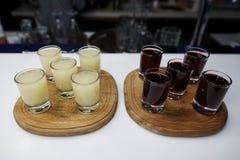 Alcoholschoten op een houten dienblad stock foto