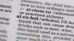 Alcoholwoord in Engelse woordenboek schadelijke verslaving aan geestdranken die wordt gericht stock videobeelden