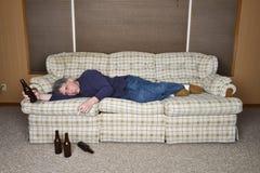 Alcoólico, alcoolismo, depressão, viciado em televisão, homem preguiçoso Fotografia de Stock Royalty Free