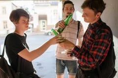 Alcool bevente di cattiva influenza dell'adolescente Fotografia Stock Libera da Diritti