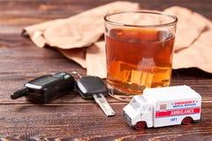 Alcool, chiavi, ambulanza, fondo di legno fotografia stock libera da diritti