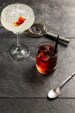 Alcool dans un verre sur un fond en bois foncé Photos libres de droits