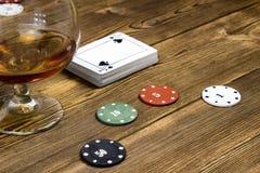 Alcool della carta di chip della mazza, fondo di legno, vetro fotografie stock