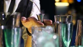 Alcool di versamento del barista nel jigger in night-club stock footage
