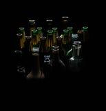 Alcool différent de bouteilles en verre, barre, verre, personne, bar, rangée, bouteille Photographie stock libre de droits