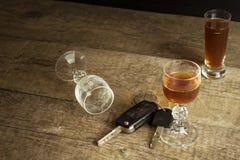 Alcool e guidare Il pericolo sulle strade Alcoolizzato dietro la ruota Chiavi dell'automobile sulla barra fotografia stock libera da diritti