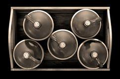 Alcool illégal dans la caisse en bois photographie stock