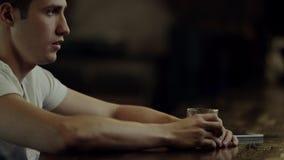 Alcool potable d'homme dans une barre banque de vidéos