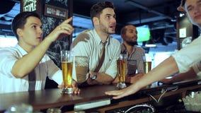 Alcool potable dans une barre clips vidéos