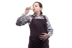 Alcool potable de jeune femme enceinte photos stock