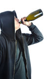 Alcool potable de jeune homme, d'isolement sur le dos de blanc Photographie stock libre de droits