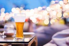 Alcool potable en partie de nuit d'été ou concept d'événement Verre Photos libres de droits