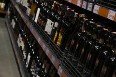 Alcool sugli scaffali immagine stock
