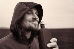 Alcoolici beventi dell'uomo incappucciato in Islanda fotografie stock libere da diritti