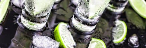 Alcoolique, cocktail, chaux, glace, vodka, genièvre, tequila, backg noir images libres de droits