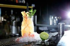 Alcoolizzato fresco Malibu e cocktail del succo di ananas sul contatore della barra fotografie stock