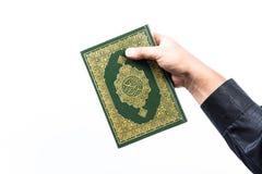 Alcorão à disposição, livro sagrado do Corão à disposição - dos muçulmanos, no fundo branco foto de stock