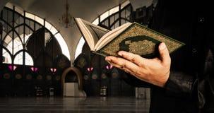 Alcorão com homem dos muçulmanos Fundo da mesquita Koran - livro sagrado dos muçulmanos imagem de stock