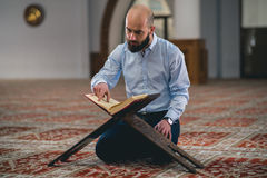 Alcorão muçulmano da leitura Fotografia de Stock