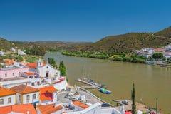 Alcoutim e o rio de Guadiana, o Algarve oriental, Portugal fotos de stock