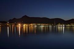 Alcudia fjärd på natten Arkivfoton