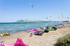 Alcudia, Mallorca - agosto 2016 - Kitesurfers alla spiaggia ventosa Fotografia Stock Libera da Diritti
