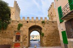 Alcudia Porta de Mallorca i gammal stad på Majorca Arkivbilder