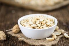 Alcune arachidi tagliate (colpo del primo piano; fuoco selettivo) Fotografia Stock Libera da Diritti
