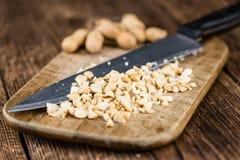 Alcune arachidi tagliate (colpo del primo piano; fuoco selettivo) Immagine Stock Libera da Diritti