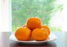 Alcune arance sono sul piatto Fotografia Stock Libera da Diritti