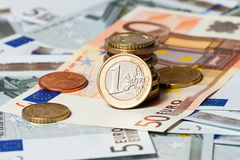 Alcune banconote su cinque euro e monete fotografia stock libera da diritti