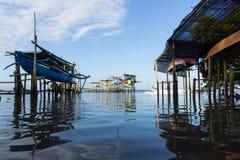 Alcune barche tradizionali di balinese che stanno appendende su bamb? quando l'acqua di mare retrocede fotografie stock libere da diritti