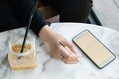 Alcune donne che utilizzano smartphone nella caffetteria Immagine Stock Libera da Diritti