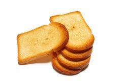 Alcune fette di pane tostato su priorità bassa bianca Immagine Stock