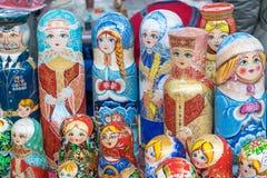 Alcune figure bambole Figure variopinte delle forme differenti fatte di legno Immagini Stock Libere da Diritti