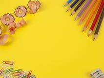 Alcune matite colorate dei colori differenti e di un temperamatite Immagine Stock