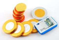 Alcune monete del cioccolato isolate fotografia stock