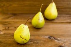 Alcune pere gialle sono sulla tavola di legno Fotografia Stock