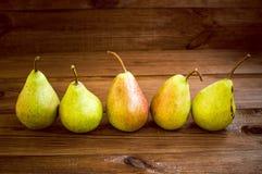 Alcune pere gialle sono sulla tavola di legno Fotografie Stock