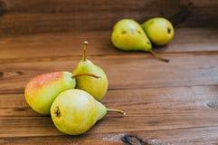 Alcune pere gialle sono sulla tavola di legno Immagini Stock Libere da Diritti