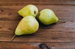 Alcune pere gialle sono sulla tavola di legno Fotografie Stock Libere da Diritti